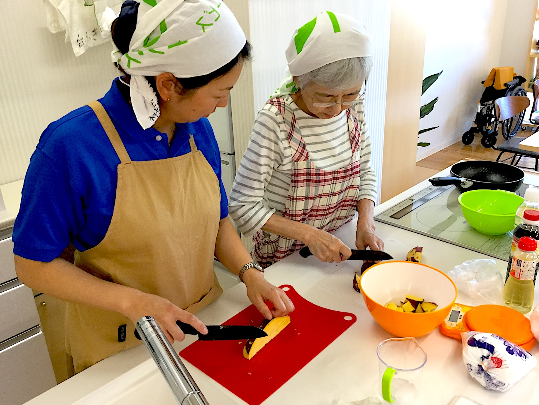 アイランドキッチンで料理活動の写真